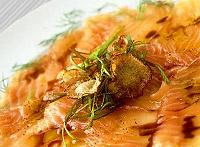 Карпаччо из лосося с мятным песто.