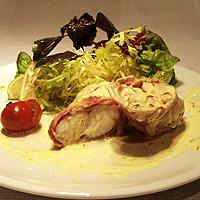 Морской черт в беконе с соусом шафран