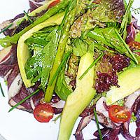 Бутерброды с листьями салата и колбасой и огурец