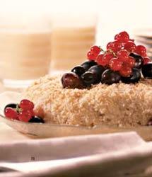 Кокосовый рис с виноградом и красной смородиной.