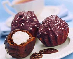 Шоколадные кексы с творожной начинкой.