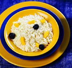 Кокосовый рис с манго и ежевикой (Тайская кухня).