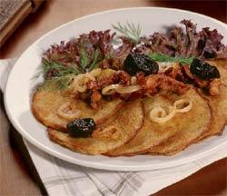 Драники в горшочке с телятиной и черносливом.