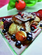 Фламбе из фуа-гра со свежими ягодами (Французская кухня).