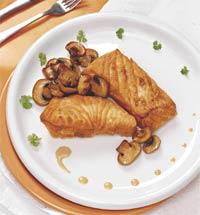 Лосось с шампиньонами под соусом из мадеры (Португальская кухня).