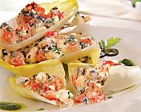 Греческий салат на листьях эндивия.