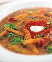 Суп из черной фасоли с чипсами из тортильи и колбасками (Мексиканская кухня).