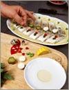 Каждую деталь рисунка сначала макать в ланспик, затем выкладывать на блюдо с рыбой.