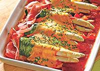 Спаржа в оболочке из шпината и сыра.