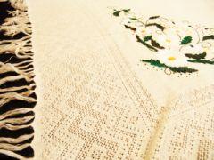 Оренбургская пуховая шаль с вышитыми ромашками